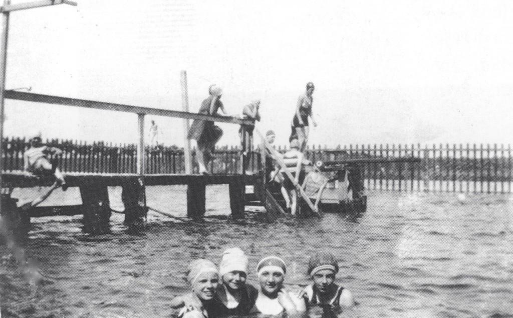 Met palen afgezette zwembad in de molenvest brielle